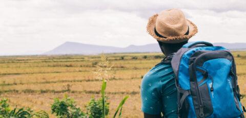 homme-voyageur-touriste-africain-sac-dos-montagne-style-vintage_73622-990